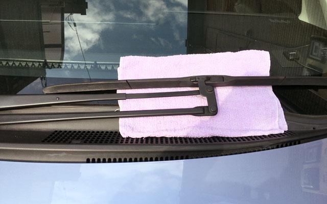 ワイパーとガラスの間に布を挟む