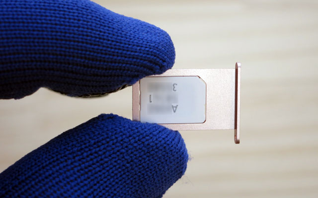 OCNモバイルONEのSIMカードをSIMトレイにセット