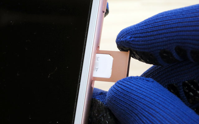 SIMカードトレイをiPhoneに挿します