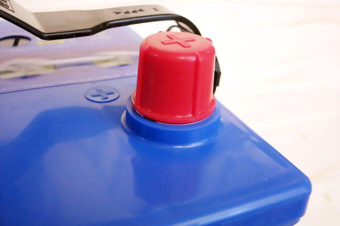 Q-100のプラス端子のキャップ