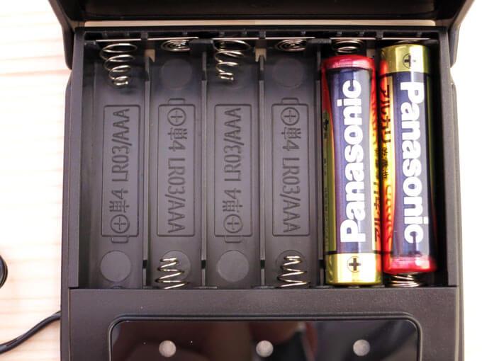 メモリーキーパーに単4乾電池をセットする