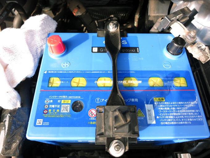固定金具でバッテリーを固定する
