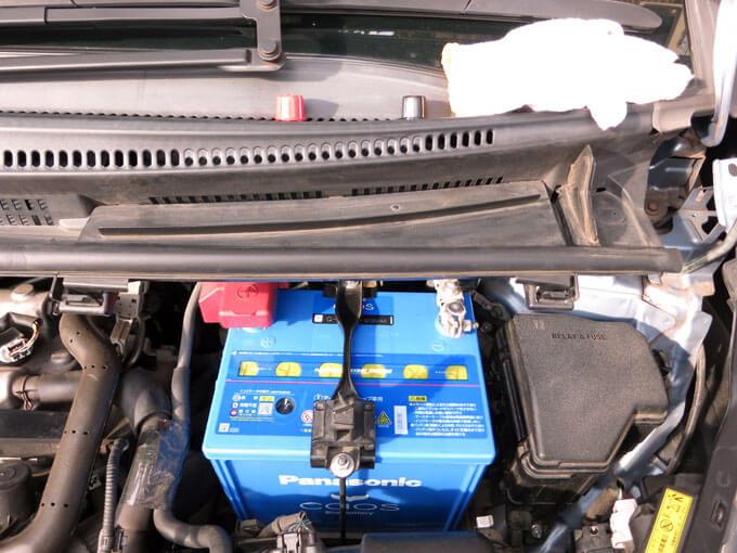 バッテリー上部の樹脂部品を元に戻す